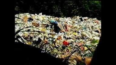 Prefeitura de Assis pode ser multada por descarte irregular de lixo domiciliar - A prefeitura de Assis (SP) poderá ser multada pela Cetesb por jogar o lixo que é produzido na cidade, em um local inadequado. O contrato com a empresa que recolhia o lixo e levava até um aterro sanitário em Quatá venceu e não foi renovado.
