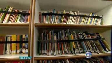 Carro-biblioteca aproxima a literatura da população em Belo Horizonte - Veículo com centenas de livros fica em pontos da capital das 9h ao meio-dia.