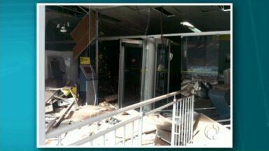 Bandidos explodem caixas eletrônicos em Tuneiras do Oeste - Segundo a polícia a ação foi executada por três homens. Ainda não tem data para o banco voltar a funcionar.