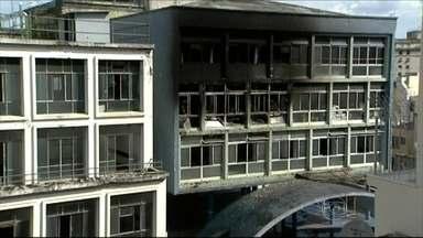 Bombeiros suspeitam de incêndio criminoso em prédio de faculdade em SP - O incêndio atingiu no início da tarde da quarta-feira (3) dois andares do prédio da faculdade Uniesp, localizado na Rua Conselheiro Crispiano, na República. A única vítima morreu intoxicada pela fumaça.