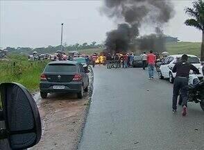 Protesto dura quase 12 horas na PE-177 em Quipapá, Mata Sul de Pernambuco - Manifestantes pediram instalação de redutores de velocidade.