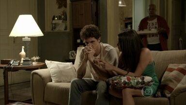 Família de Cora especula sobre paradeiro da megera - Xana desconfia de que tia de Cristina forjou situação de perigo para se encontrar com um homem