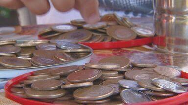 Com falta de moedas, campanha em Piracicaba estimula trocas - Com a falta de moedas no comércio da cidade, uma campanha estimula a população a trocá-las por cédulas em Piracicaba evitando problemas com troco no final de ano.