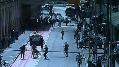 Criminosos em bicicletas aproveitam movimentação de fim de ano para cometer assaltos - Em São Paulo, câmeras de segurança flagraram a ação de criminosos no Centro. Já no Rio de Janeiro, moradores da Zona Norte colocaram até placas para alertar o perigo a quem passa pelas ruas.
