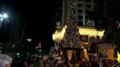 Pequenos furtos aumentam na Avenida Paulista durante o fim do ano - Muitas pessoas se distraem vendo a decoração de Natal e são assaltadas. Sempre que tem aglomeração, o perigo aumenta. Em 2013, dezembro foi o mês com mais registros de furtos na região da Avenida Paulista.