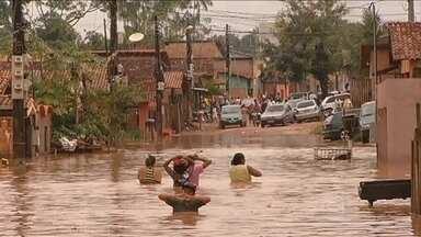 Temporal de sete horas alaga ruas em Marabá (PA) - Alguns moradores usaram canoas para sair de casa e perderam móveis e eletrodomésticos. Nesta segunda-feira (8), a chuva vai se concentrar mais entre as regiões Norte, Centro-Oeste e Sudeste.