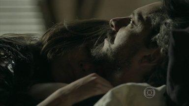 Cora vai para a cama com José Alfredo e desmaia na 'hora H' - 'Agora me beije, me possua!', ordena a solteirona antes de cair no golpe do Comendador