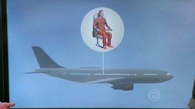 Beber água e levantar durante o voo ajudam a prevenir trombose - O ginecologista José Bento ressalta que, para ajudar no retorno venoso, é preciso beber um litro de água a cada seis horas de voo. Também não é recomendável usar remédios para dormir.