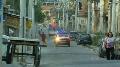 Polícia Civil prende 7 suspeitos de envolvimento com tráfico de drogas na Cidade de Deus - Na Cidade de Deus, a Polícia Civil prendeu 7 suspeitos de envolvimento com tráfico de drogas. O chefe da quadrilha usava, na cadeia, um telefone para dar ordens aos comparsas que estavam na comunidade.