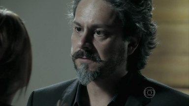 José Alfredo se desentende com Maria Isis - O Comendador acusa a amante de traição