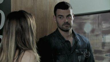 Maurílio tenta convencer Danielle a se aliar a ele - O rapaz garante que esposa de José Pedro não vai se arrepender