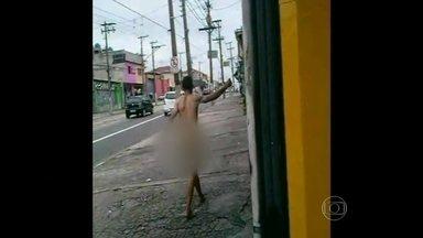 Homem caminha nu por avenida da Zona Leste da capital - O comércio ainda estava abrindo as portas quando as pessoas foram surpreendidas pelo homem que andava sem roupas pela Avenida Rio das Pedras, em Aricanduva.