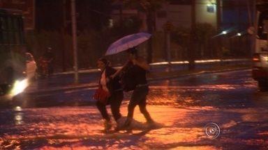 Chuva forte causa alagamentos em Sorocaba - Choveu forte no início da noite, em Sorocaba. Vários bairros foram atingidos por alagamentos e os motoristas tiveram dificuldade para passar em alguns pontos.