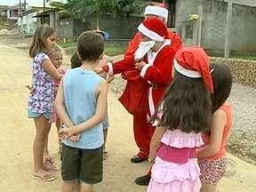Papai Noel de 8 anos distribui balas para crianças em Criciúma - Papai Noel de 8 anos distribui balas para crianças em Criciúma; Gabriel da Silva sempre sonhou em ser um bom velhinho. Confira!