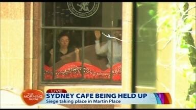Criminoso faz reféns no centro financeiro de Sydney - Um homem armado, ainda não identificado, invadiu um café e fez reféns 10 funcionários e 30 clientes. Cinco pessoas conseguiram sair da loja. Atiradores de elite estão prontos para agir.