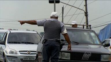 Aumenta a fiscalização contra documentação irregular - A polícia aumentou o número de blitz para fiscalizar irregularidades nos veículos. Só esse ano, mais 77 mil multas foram aplicadas para quem conduzia o veículo sem o cinto de segurança.