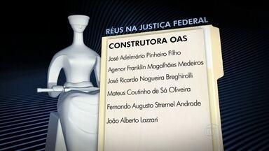 Executivos de mais duas construtoras viram réus no processo sobre corrupção na Petrobras - Além da condenação dos investigados, o Ministério Público Federal pediu que R$ 296 milhões sejam devolvidos aos cofres públicos. O juiz do caso, Sergio Moro, aceitou outra denúncia contra o presidente da OAS e mais cinco executivos e funcionários.