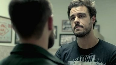 Enrico provoca Vicente no bar do Manoel - O rapaz insinua que rival é o novo amante de Cláudio