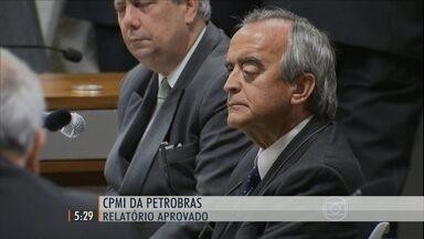 A CPMI da Petrobras aprovou o relatório do deputado Marco Maia, do PT - Novo texto pede o indiciamento de 52 pessoas, mas não inclui nenhum político.
