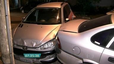 Mulher bate em pelo menos seis carros em três ruas da região central de SP - As batidas aconteceram por volta das 23h30 no bairro da Aclimação. A polícia encontrou uma garrafa de vodca dentro do carro da motorista de 59 anos.