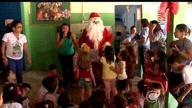 Papai Noel entrega presentes para crianças de creche municipal de Teresina - Papai Noel entrega presentes para crianças de creche municipal de Teresina