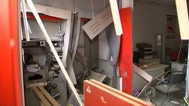 Bando explode caixa automático de agência em Araçariguama - Criminosos explodiram os caixas automáticos de um banco no Centro de Araçariguama na madrugada desta sexta-feira. O interior da agência ficou destruído. Durante a fuga, eles dispararam contra policiais e uma base da PM.