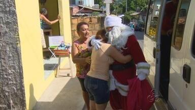 Papai Noel entrega presentes para crianças, em Manaus - Crianças do Amazonas foram presenteadas.