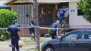 Mãe de crianças encontradas mortas na Austrália é presa - Ela foi encontrada ferida a facadas na casa, com os corpos das oito crianças – sete eram filhas dela e uma era sobrinha. Ela se tornou a principal suspeita dos crimes, logo depois de prestar os primeiros depoimentos. A polícia ainda investiga o caso.
