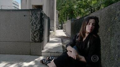 Cora dorme no cemitério - Cristina estranha o sumiço da tia