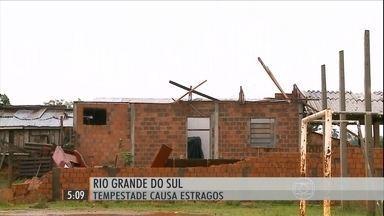 Combinação de áreas de instabilidade e frente fria provoca chuva forte no RS - Várias cidades gaúchas também foram atingidas por fortes rajadas de ventos. Milhares de pessoas foram afetadas pelos temporais no final de semana.