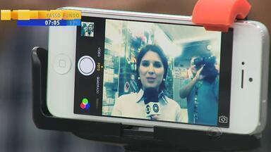 Suporte para celular é um dos produtos mais procurados no camelódromo - O bastão ajuda na hora de tirar 'selfies'.