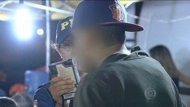 Fiscalização flagra 48 motoristas embriagados em menos de oito horas em Goiânia - A blitz da Polícia Rodoviária Federal foi montada em frente a uma casa de shows. Onze motoristas alcoolizados foram presos.