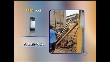 Caminhão desgovernado atinge casa e derruba poste em Rio Preto, SP - Um caminhão desgovernado derrubou um poste e atingiu uma casa neste fim de semana, no Jardim Simões, em São José do Rio Preto (SP).