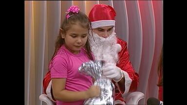 Crianças participam do Jornal do Almoço ao vivo no estúdio em Santa Maria, RS - As crianças ganharam os brinquedos que estavam na árvore de Natal.