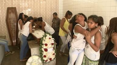 Enterrado corpo de adolescente morta em tiroteio após sair de show em Salvador - O crime aconteceu na madrugada de sábado no bairro do Comércio. Segundo a família, a garota estava com uma prima quando atingida por homens que estavam de moto.