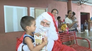 Papai Noel dos Correios começa a fazer entrega dos presentes doados - As primeiras a receberem os presentes e a visita do bom velhinho foram as crianças que ainda moram no abrigo único.