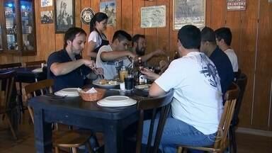 Equipe da TV TEM quer perder peso em um mês - Um grupo da TV TEM, afiliada da TV Globo, em Itapetininga, no interior de São Paulo, decidiu se reunir para ver quem perde mais peso. O churrasco e o pão de alho estão proibidos na dieta.
