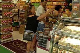 Mercados do Alto Tietê ficam cheios de consumidores à procura dos itens da ceia - Vigilância Sanitária orienta consumidores na hora de comprar carnes.