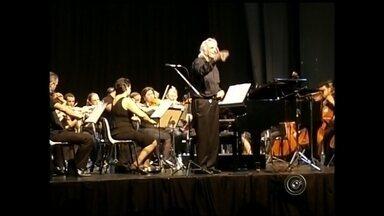 Maestro João Carlos Martins reúne multidão em concerto em Promissão - O maestro João Carlos Martins, um dos maiores responsáveis pela popularização da música clássica no Brasil, arrastou uma multidão de pessoas, e por que não dizer, fãs, ao teatro nesse fim de semana em Promissão.