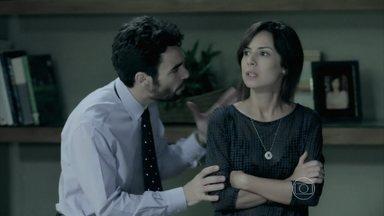 Maria Clara se revolta com decisão de Zé Alfredo - Marta e seus filhos ficam perplexos ao descobrirem que Cristina é a nova presidente da Império