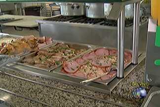 Bombeiros de plantão fazem almoço especial no Natal - Muitas pessoas precisaram trabalhar nesta quinta-feira (25).
