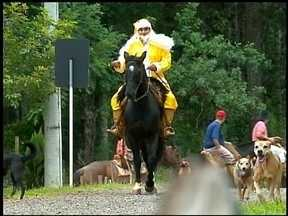 Papai Noel chega a cavalo para entregar presentes em Erechim, RS - Ação beneficiou moradores de área carente do município.