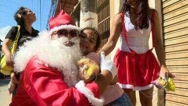 Moradores entregam presentes de Natal em bairro de Cariacica, no ES - Festa foi feita no dia de Natal.
