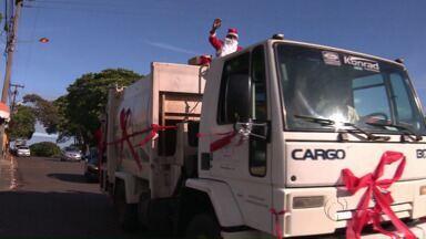 Em Terra Boa, Papais Noéis chegam em caminhão de lixo - Coletores da cidade distribuem balas no período de festas