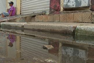 Moradores de Suzano sofrem com vazamento de esgoto - Vazamento começou após as fortes chuvas desta semana.
