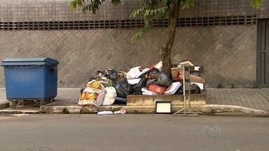 Moradores de bairro reclamam de acúmulo de lixo em bairros de Goiânia - A Companhia de Urbanização de Goiânia (Comurg) afirma que o serviço de coleta de lixo está normal.