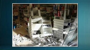Carro invade farmácia em Maringá - Acidente feriu levemente duas pessoas