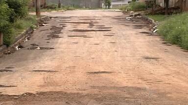 Ruas estão cheias de buracos em bairros de Goiânia - Os moradores relatam que os buracos não surgiram só por causa do início do período chuvoso.