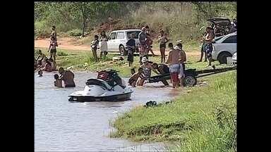 Famílias ignoram a placa de perigo e entram em lagoa proibida para o banho em Bauru - Em Bauru, os moradores se desdobraram para driblar o calor. O problema é que os moradores vão até a lagoa da Quinta da Bela Olinda para se refrescar. O local é de lazer, mas é proibido para o banho.