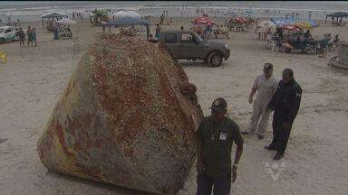Objeto que surgiu em praia de SP pode ter vagado por décadas no mar - G1 conversou com especialistas para tentar identificar peça perdida.Acredita-se que material seja utilizado para a atracação de navios.